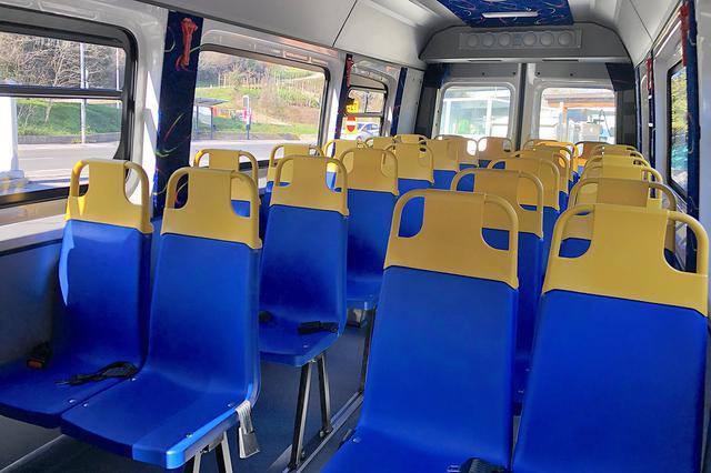 画像: カロッツェリアにより施工された内装。掃除が簡単な樹脂製シートは汎用品であるため、他社製スクールバスにもみられる。子ども28名+大人3名が乗車可能。