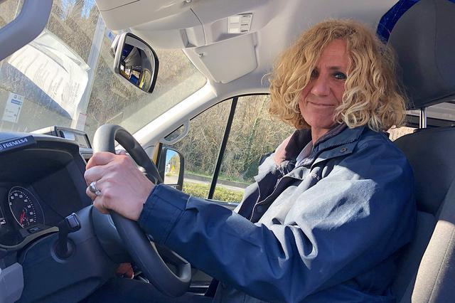 画像: プロドライバー歴20年、クラウディアさんは市の職員である。