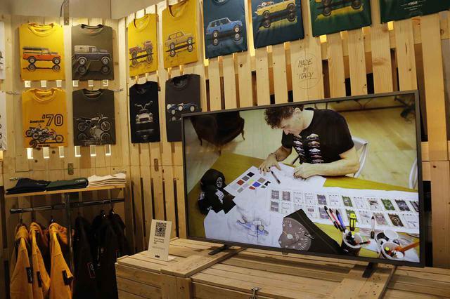 画像: ディスプレイでは、デザイン作業中のケーリ氏の姿が上映されていた。コレクションの一部は、日本でも「モトーリモーダ」を通じて販売されている。