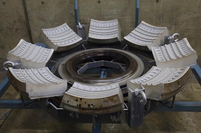 画像: 加硫工程では、グリーンタイヤを型に入れ、加熱・加圧してゴムの弾力を確保。トレッドパターンもこの工程でできる。