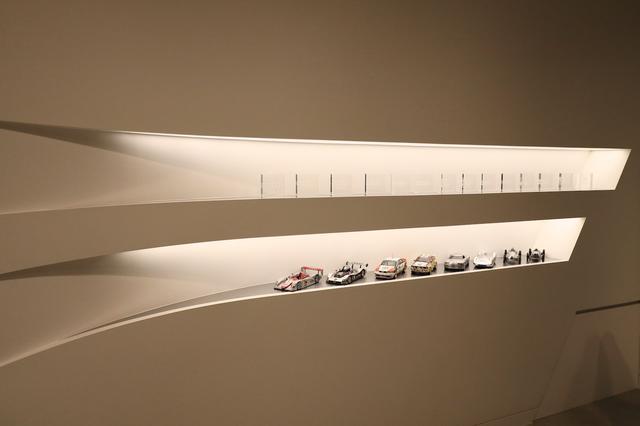 画像: 地下のエレベーターホールに並べられたミニチュアカー