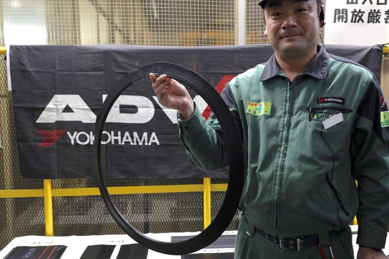 画像: ビード(写真)をはじめ、カーカス、トレッド、ベルトといったパーツがそれぞれつくられ、成形工程で1本のタイヤに組み上げられる。加硫前の生タイヤは「グリーンタイヤ」と呼ばれる。