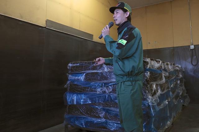 画像: 工場に運び込まれた原料のゴム