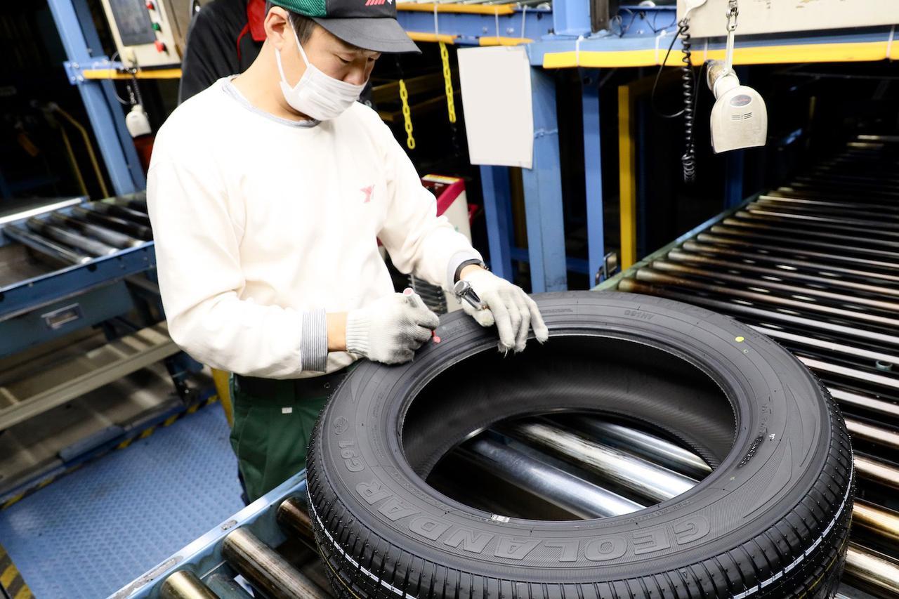 画像: できあがったタイヤは全品、スタッフにより一本一本検査され、それをパスしたものだけが出荷される。