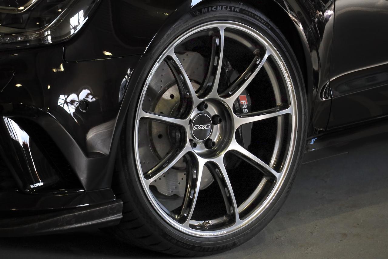 画像: Audi RS 6 Avantに装着されたGT090。このブライトニングメタルダークに加えて、ブラストブラックが用意される。