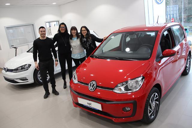 画像: VWの好調に合わせて、スタッフを増員。ショールーム内は活気に溢れている。