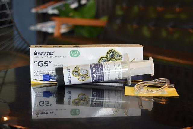 画像: 箱の中身。注射器型の注入容器とチューブがセットになっている。