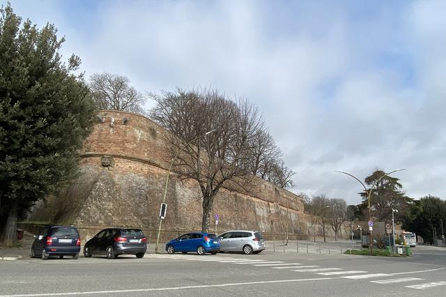 画像: シエナのフォルテッツァ城塞にて。普段は観光客の車で満車状態の駐車場も閑散としている。