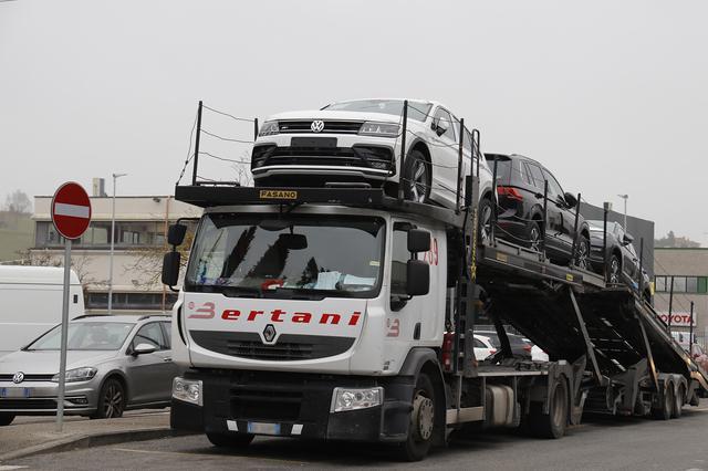 画像: ティグアンを陸送してきたキャリアカー。