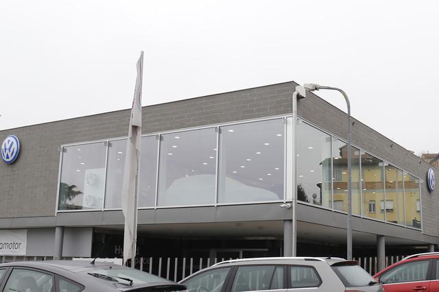 画像: VW販売店「エウロモトーリ」の窓には、白いカバーがかけられた車両を確認できた。