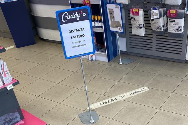 画像: スーパーマーケットだけでなく、ドラッグストアにも床面のテープとともに「距離1メートル。ご協力ありがとうございます」の立て札が。