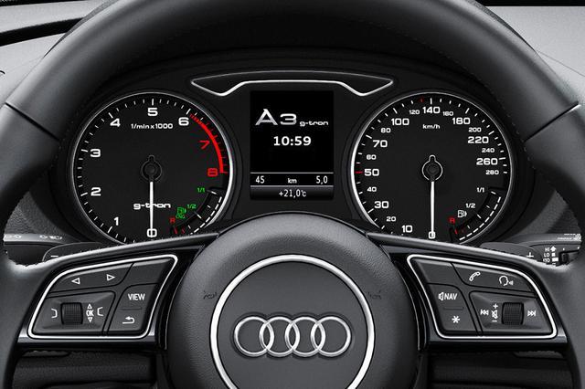 画像: Audi A3 Sportback g-tonのメーター。左の回転計にはCNG用残量計が緑色で、右の速度計にはガソリンの残量計が白色で備わる。