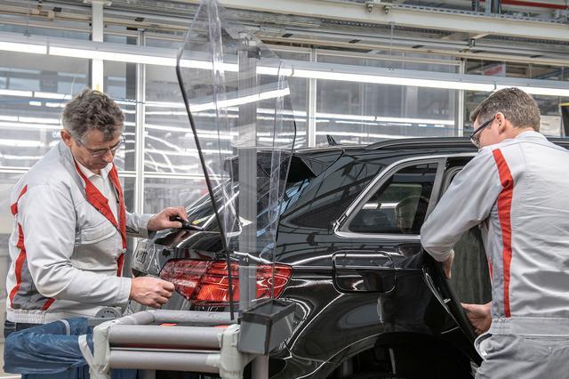 画像: 従業員同士が近くで作業する場所では、アクリル樹脂のバリアを設置するなどの対策も。