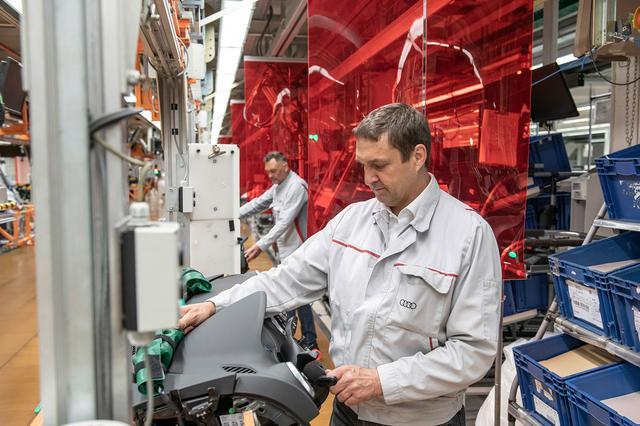 画像: 赤のフィルムにより、従業員の距離を確保。