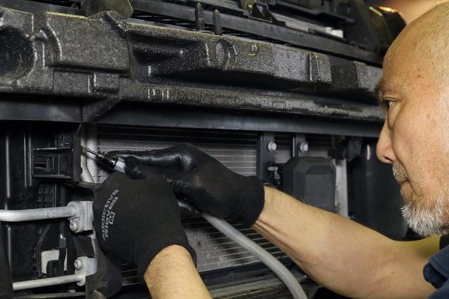 画像: GTIの場合、ブラケットが樹脂製の整流板に干渉するため、貫通させるための穴をあけます。