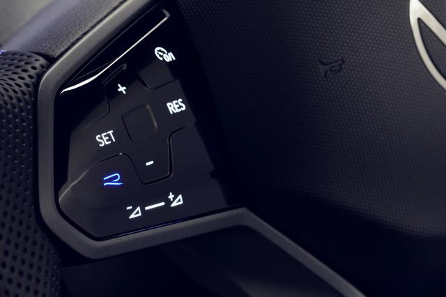 画像: ティグアンRには「Rボタン」付きのマルチファンクションステアリングホイールが用意される。