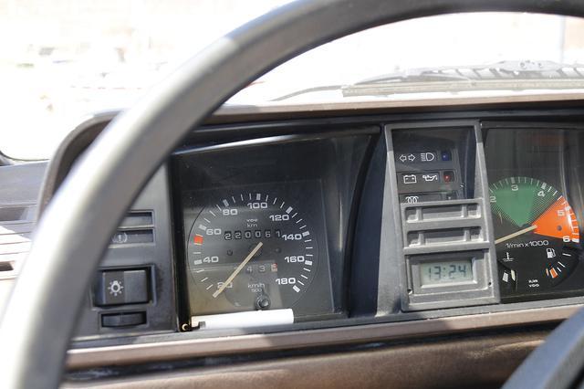 画像: 1980-90年代におけるVWの典型的な書体で記されたスピードメーター。オドメーターは22万kmを刻んでいる。