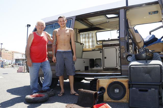 画像: 知人で漁師のフランコさん(左)とロレンツォ君。レストアはまだまだ続く。