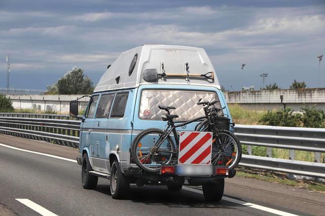 画像: アウトストラーダ「太陽の道」にて。ドイツからの旅人。スコップが本気感を醸し出している。