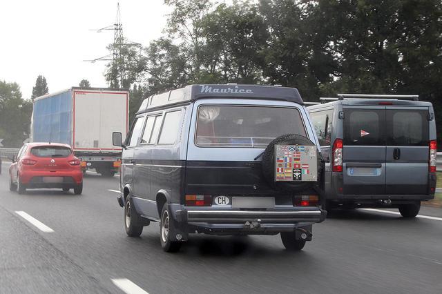 画像: 「太陽の道」で。スイスナンバーの車。リアに貼られた国旗のいくつかは、T3で訪れた国々か。