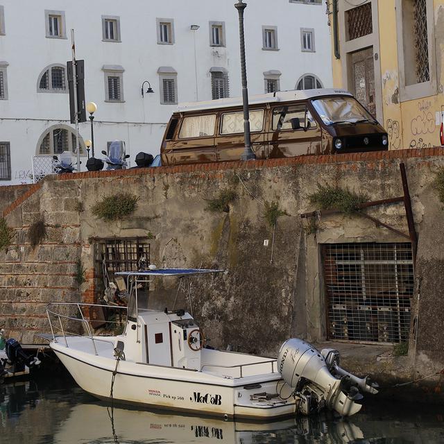 画像: リヴォルノの運河にて。
