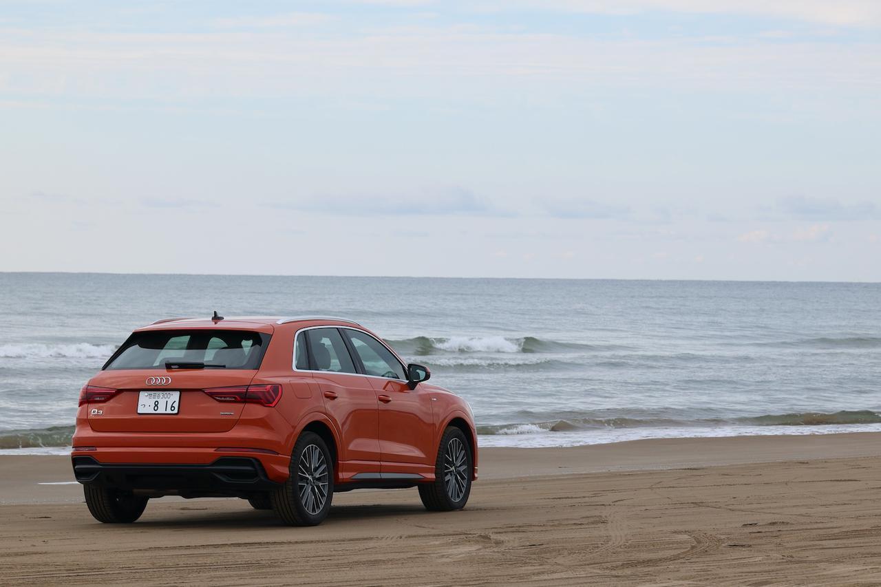 """画像3: Q3と""""クルマで走れる砂浜""""へ"""