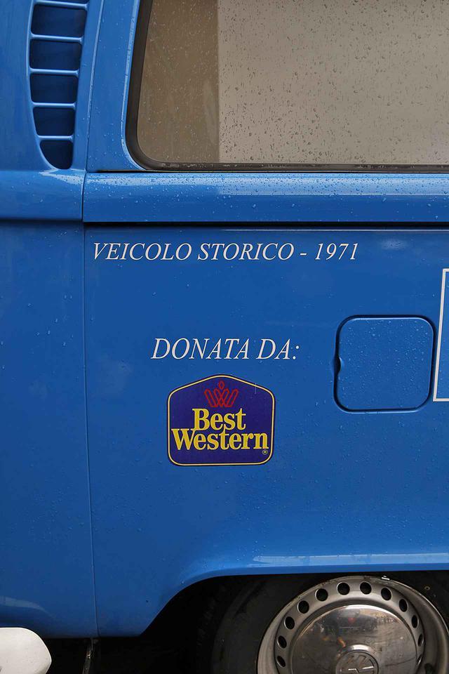 画像: 寄贈者であるホテルチェーンのロゴ。イタリアでは現在も、大半の救急車は企業など寄付による。