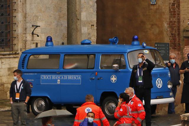 画像: そのフォルクスワーゲンT2トランスポーター救急車仕様は特別参加車。一般参加車とは別に、旧シエナ共和国政庁前に駐車スペースが与えられた。