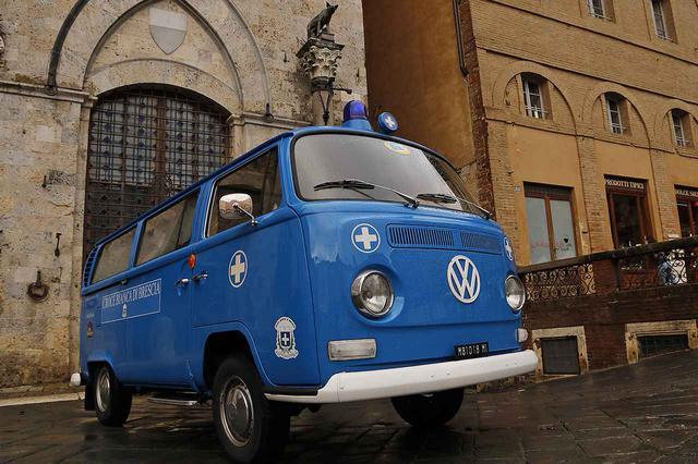 画像: 2020年ミッレミリアに特別参加したフォルクスワーゲンT2トランスポーター救急車仕様。10月24日、シエナのカンポ広場にて。
