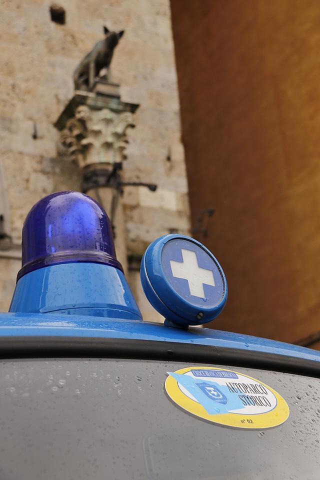 画像: イタリアの救急車の回転灯は今日でも青色だが、これはより古いスタイルである。