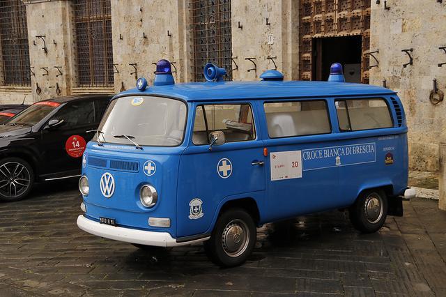 画像: T2トランスポーター救急車仕様は、ブレシア白十字会が所有する歴史車両コレクションの1台。