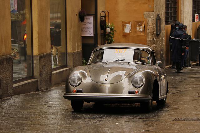 画像: 当日は生憎の雨だったが、いつもと違う風情を醸し出していた。1956年ポルシェ356Aが中世の巡礼路を行く。