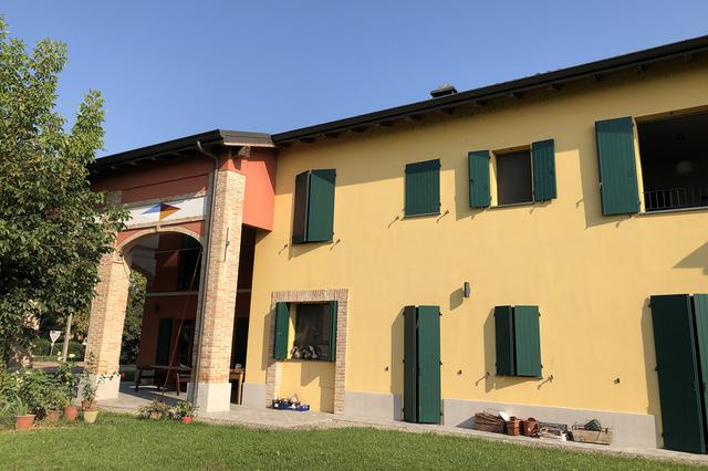 画像: ジャンパオロ&アニェーゼは古い農家を手に入れて増改築を施し、民宿を開業した。
