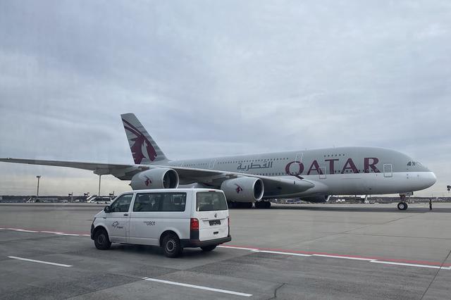 画像: カタール航空エアバスA380の前を、構内用T6トランスポーターが行く。