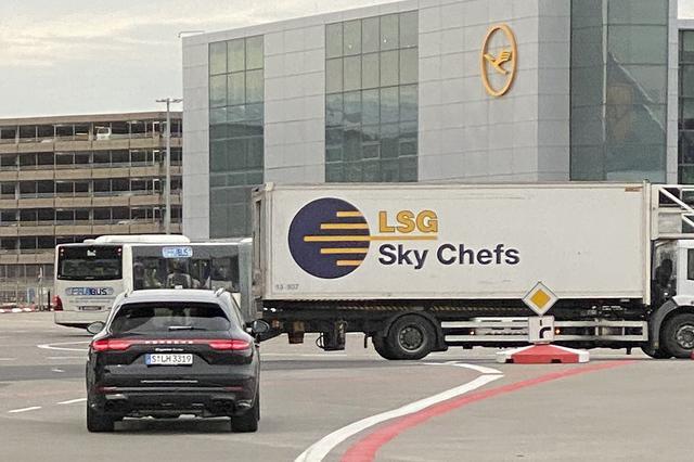 画像: ルフトハンザ系のVIP客をタラップ下からターミナルまで運ぶポルシェ・カイエン・ターボ。