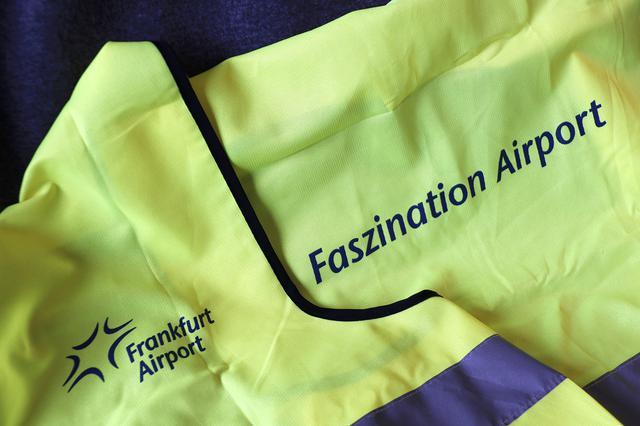 画像: 蛍光ベストは記念品だった。背中にはFaszination Airport(魅惑の空港)の文字が
