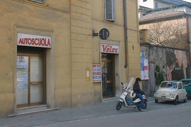 画像: 別の教習所で。外では、若者がスクーターに座って講習時刻を待っている。2003年撮影だが、今日もたいして変わらない。