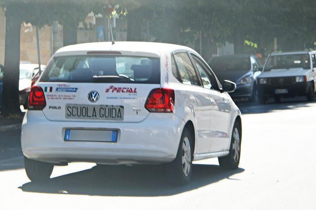画像: 走行中、助手席から撮影したものゆえ品質はお許しを。イタリアでVW教習車の定番といえばポロ。2020年夏、トスカーナ州グロッセートで。