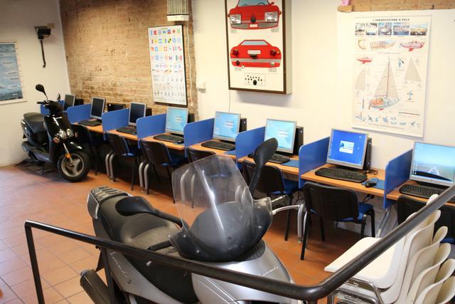 画像: ある教習所の内部を覗かせてもらう。コンピューターによる自主室。