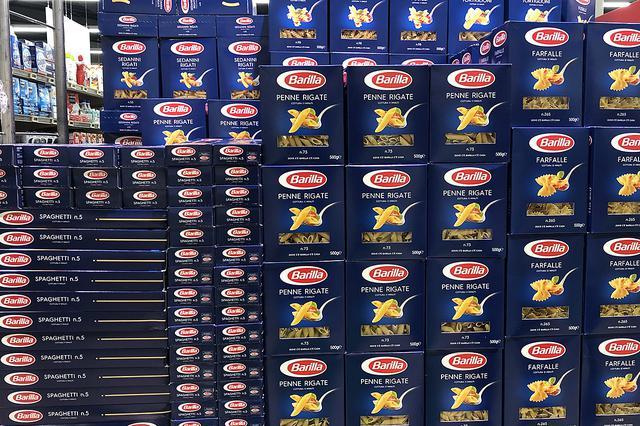 画像: 山積み陳列された「バリッラ」のパスタは、イタリアのスーパーにおける日常風景である。