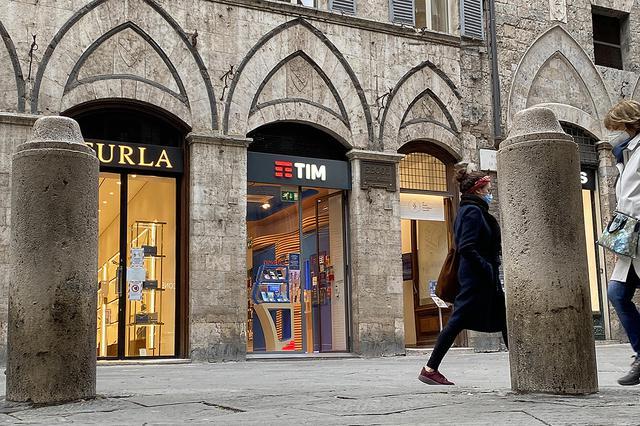 画像: 「TIM」は旧イタリア電信電話公社系の通信事業者。これはシエナ旧市街のショップ。