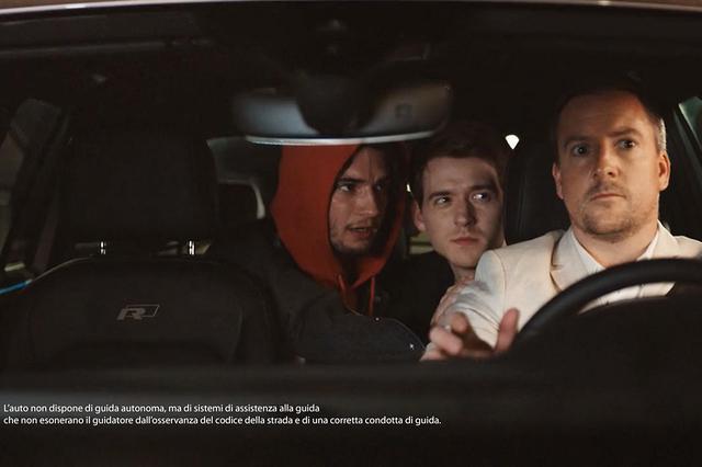 画像: 「手を上げろ!」と命じられるティグアンのドライバー。