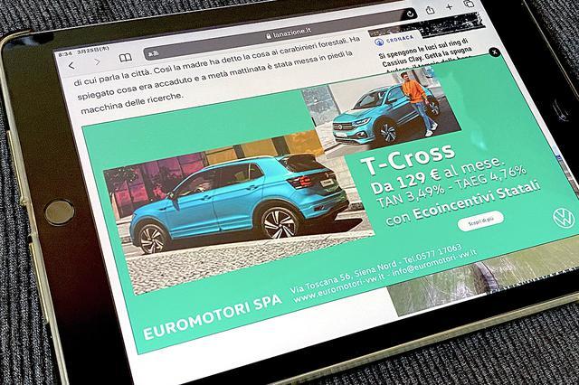 画像: 筆者がタブレットで地方新聞ウェブ版を閲覧していたとき現れたT-crossの広告。地元販売店によるものである。2021年3月撮影。