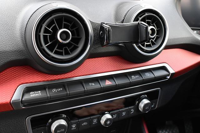 画像: Audi Q2 (GA) スライドアームホルダー装着
