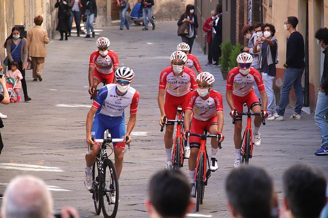 画像: 10時過ぎ、別の場所に待機していた選手たちがスタート地点に向かい始めた。レース前はマスク着用がルール。