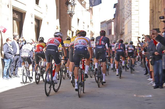 画像: シエナのメインストリートで、ミッレミリアのルートでもあるバンキ・ディ・ソプラ通りを駆け抜ける。