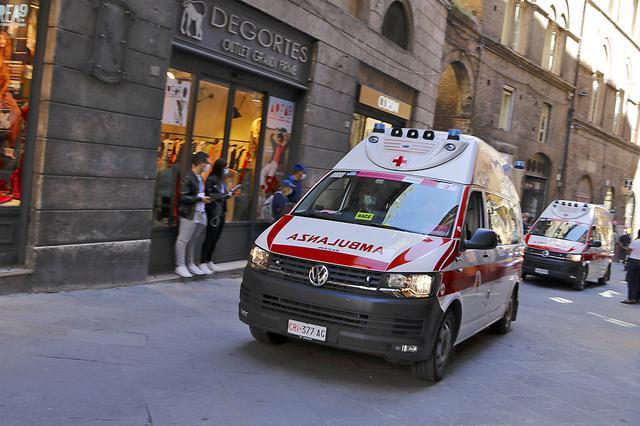 画像: 隊列の最後にやってきたのはVWトランスポーターの救急車だった。