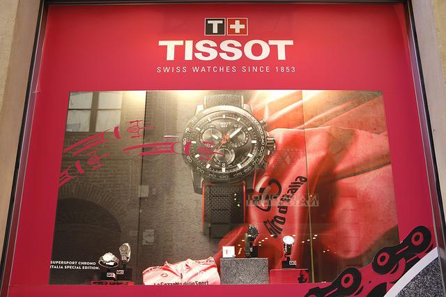 画像: 地元の時計店は、オフィシャル・タイムキーパーのTISSOTでウィンドーを飾った。以下2021年5月20日、シエナ旧市街にて撮影。