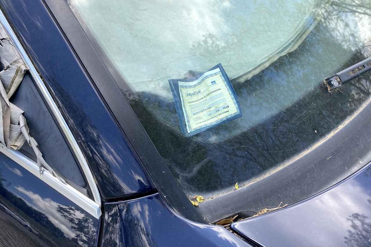 画像: 2015年まで窓ガラスに掲示するのが義務だった保険加入済カードが残る。そこに記されている期限は2016年8月だ。