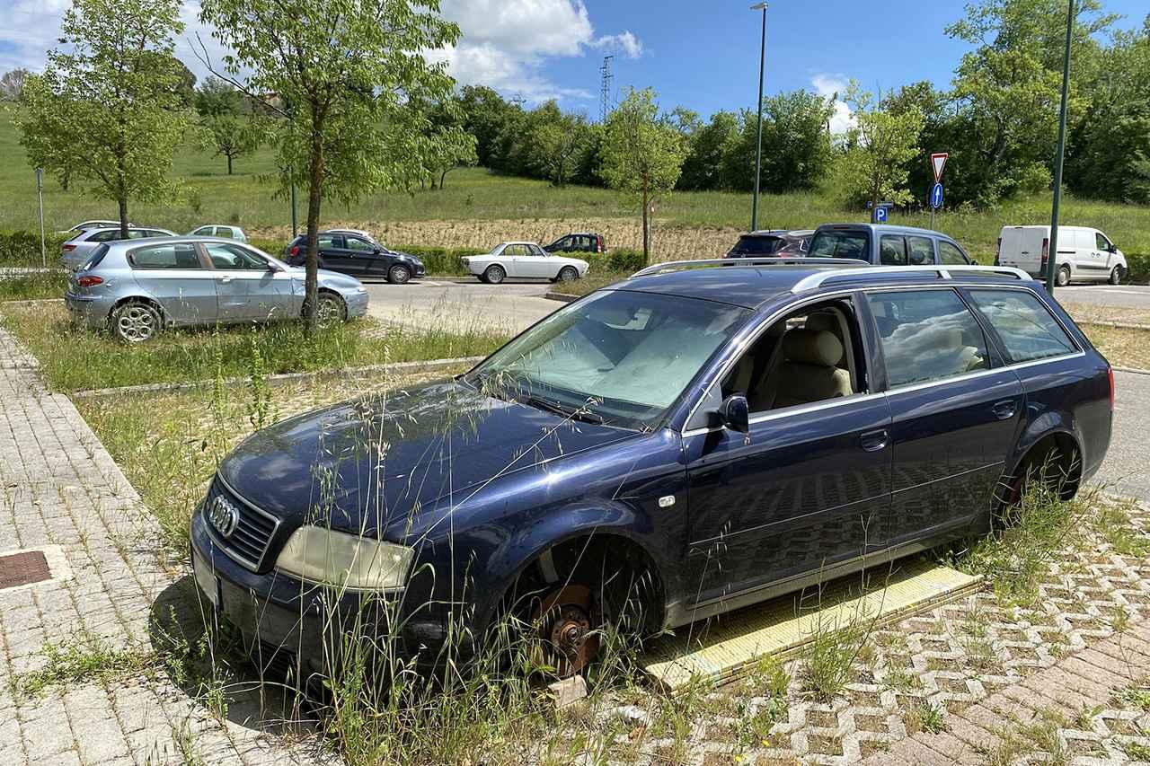 画像: シエナの公共駐車場に放置されたと思われるAudi A6 Avant